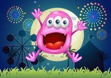 Un parque de atracciones con un monstruo muy feliz de la gorrita tejida Imagenes de archivo