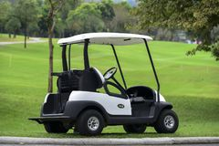 Un parque del carro de golf en la calle en campo de golf imágenes de archivo libres de regalías