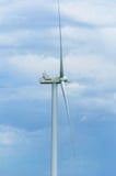 Un parque eólico en el campo ancho de la extensión Foto de archivo