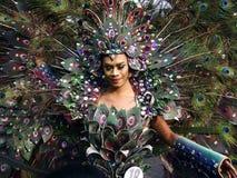 Un partecipante al suo costume variopinto ad una parata durante il festival di Sumaka nella città di Antipolo Immagine Stock