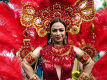 Un partecipante al suo costume variopinto ad una parata durante il festival di Sumaka nella città di Antipolo Fotografia Stock