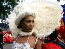 Un partecipante al suo costume variopinto ad una parata durante il festival di Sumaka nella città di Antipolo Immagine Stock Libera da Diritti