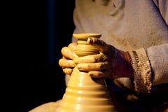 Un particolare delle mani di un uomo lavorante dell'argilla del barattolo Fotografia Stock Libera da Diritti