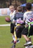 Un partido de fútbol de la bandera para 5 a 6 años Imagen de archivo libre de regalías