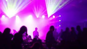 Un partido de la juventud en un restaurante o un club nocturno, tablas de banquete con alcohol y comida contra la perspectiva de  almacen de video
