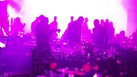 Un partido de la juventud en un restaurante o un club nocturno, tablas de banquete con alcohol y comida contra la perspectiva de  almacen de metraje de vídeo