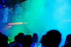 Un partido en un club de noche con nieve que cae Imagen de archivo libre de regalías