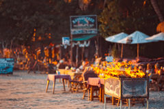 Un partito della griglia sulla spiaggia tropicale in Goa, India Immagine Stock