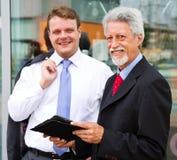 Un partner di due uomini di affari Immagini Stock