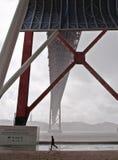 Un pasado de funcionamiento 25to del hombre de April Bridge, Lisboa Foto de archivo