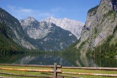 Un pascolo e un lago della montagna Immagine Stock Libera da Diritti