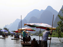 Un paseo de bambú escénico de la balsa rio abajo de Yulong cerca de Chaolong China Fotografía de archivo