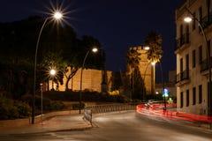 Un paseo de la noche con el Alcazar de Jerez imagenes de archivo