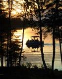 Un paseo del barco de la tarde como el sol fija Foto de archivo libre de regalías
