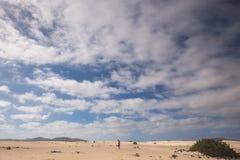 Un paseo del hombre solamente en medio de la nada Imagen de archivo libre de regalías