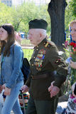 Un paseo del veterano de guerra en el parque Fotografía de archivo libre de regalías