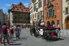 Un paseo en el carro a través de las calles de Praga Imagen de archivo