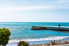 Un paseo en la playa imagen de archivo libre de regalías