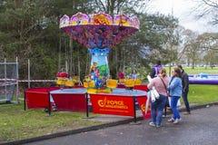 Un paseo infantil del carrusel del ` s funcionando en el festival de primavera anual se sostuvo en vagos Fotos de archivo libres de regalías