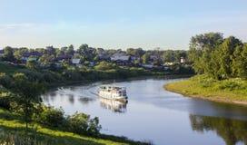 Un paseo a lo largo del río Vologda en la nave Foto de archivo libre de regalías