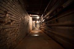 Un pasillo del sótano del edificio de la fábrica Imágenes de archivo libres de regalías