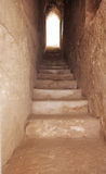 Un passage étroit avec un escalier en pierre Image libre de droits