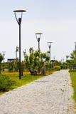 Un passage couvert en pierre par le jardin Photos libres de droits