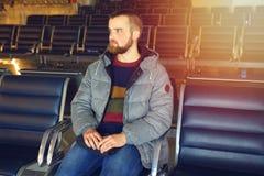 Un passager attend son vol à l'aéroport Photographie stock libre de droits