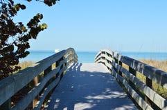 Un passaggio pedonale conduce all'oceano Fotografia Stock
