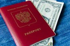 Un passaporto russo per il viaggio all'estero con i soldi dentro Immagini Stock
