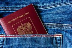 Un passaporto russo in vostra tasca fotografia stock