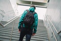 Un passeggero che cammina alla stazione della metropolitana fotografia stock libera da diritti