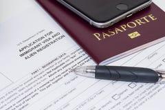 Un passeport s'appliquant pour l'immigré des USA et l'enregistrement étranger image libre de droits