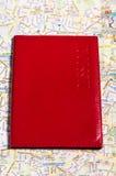 Un passeport sur une carte Photographie stock