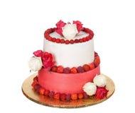 Un pastel de bodas delicioso de rosas, de fresas y del medronho Imagenes de archivo
