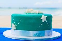Un pastel de bodas temático de la playa azul adornó estrellas de mar Imagen de archivo libre de regalías