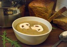 Un pasto di minestra crema con i funghi Fotografie Stock Libere da Diritti