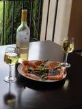 Un pasto gastronomico, vino bianco, salmone, gamberetti fotografia stock libera da diritti