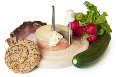 Un pasto o uno spuntino che consiste del pane, formaggio, pancetta affumicata Fotografia Stock Libera da Diritti