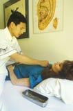 Un patient recevant une demande de règlement d'acuponcture, Photos libres de droits