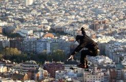 Un patinador salta en Barcelona Imagen de archivo