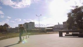 Un patinador salta en el carril en la tierra especial en la ciudad metrajes