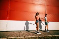 Un patinage à roulettes de couples au coucher du soleil Images libres de droits