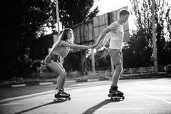Un patinage à roulettes de couples au coucher du soleil Rebecca 36 Photographie stock