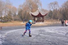 Un patinage de petit garçon Images libres de droits