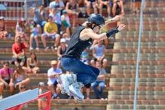 Un patineur professionnel au patinage intégré saute la concurrence aux sports extrêmes Barcelone de LKXA Photographie stock