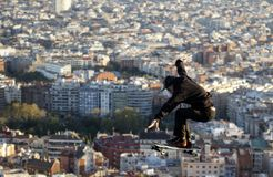 Un patineur saute sur Barcelone Image stock