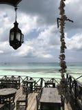 Un patio avec du charme au-dessus des belles eaux de Zanzibar Image stock