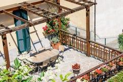 Un patio bonito con las sillas y la tabla, Italia Imagen de archivo