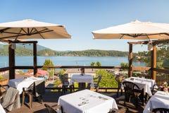 Un patio de restaurant avec des tables a placé Gibsons de négligence, AVANT JÉSUS CHRIST, un jour ensoleillé lumineux photographie stock libre de droits